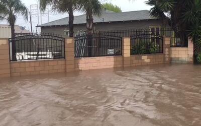El agua de lluvia ha inundado casas y calles del sureste de Oxnard.