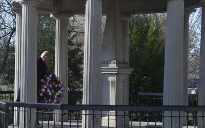 Trump depositó una corona de flores este miércoles sobre la tumba de And...