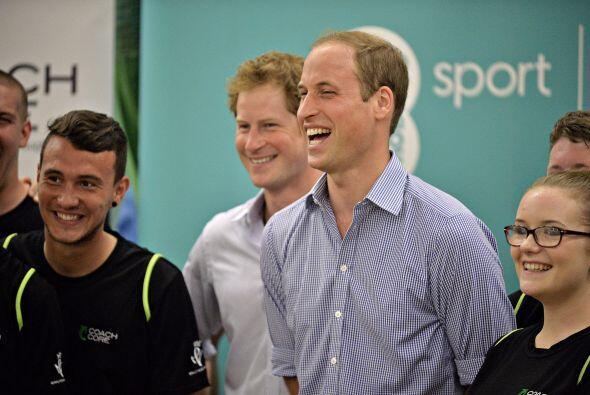 Los príncipes William y Harry junto con la duquesa de Cambridge...