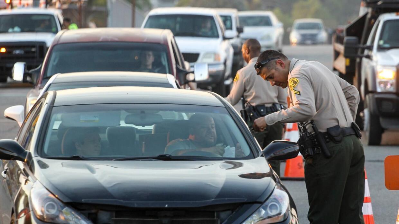 Centenares de residentes regresan a sus hogares en Santa Clarita. Autori...