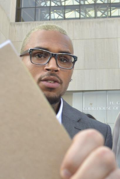Por pegar a una persona en la cara, Chris Brown fue sentenciado a c&aacu...