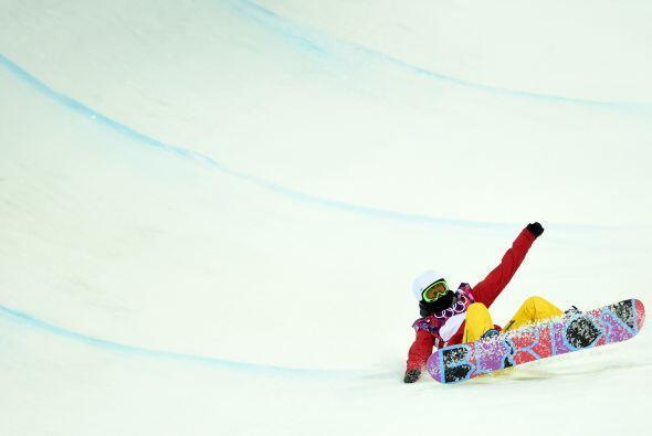 La china Cai Xuetong se estrella mientras cometía en Snowboard en el Khu...