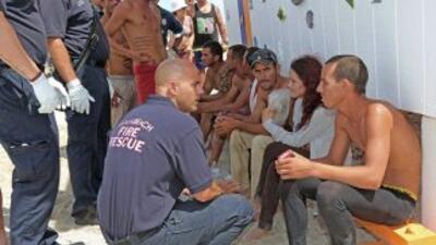 Rescatistas de Miami Beach atienden a los inmigrantes cubanos nada más l...