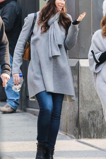'Jeans', botas al tobillo y un abrigo asimétrico siempre te dan un 'look...