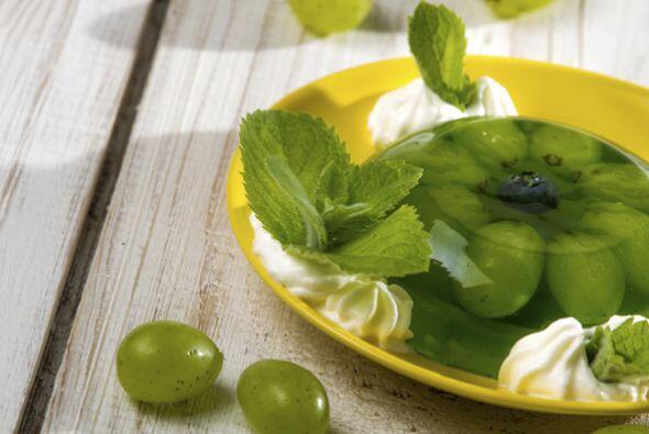 Postre cremoso de limón con uvas frescas: Esta gelatina la puedes hacer...