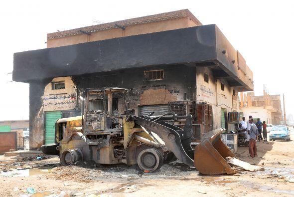 En la capital sudanesa vemos esta excavadora y este edificio, dañ...