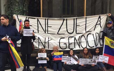 Un grupo de manifestantes venezolanos se reunieron al frente del consula...