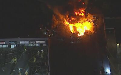 Voraz incendio consumió gran parte de un centro comercial de Van Nuys