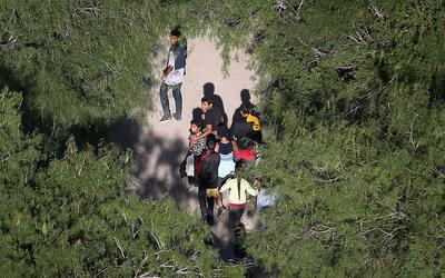 Inmigrantes intentando cruzar la frontera entre México y Estados Unidos.
