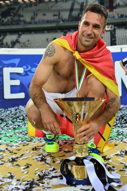 Mirko Vucinic sin familia, pero con la bandera que Montenegro.