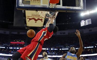Anthony Davis, alero de los Pelicans de Nueva Orleáns, realiza una clava...