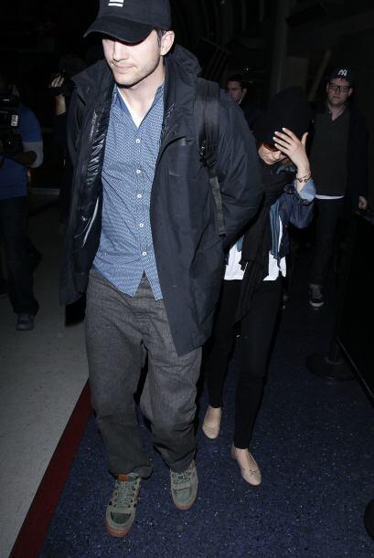 Al final Ashton intentó cubrir a Mila en su salida del aeropuerto.Mira a...