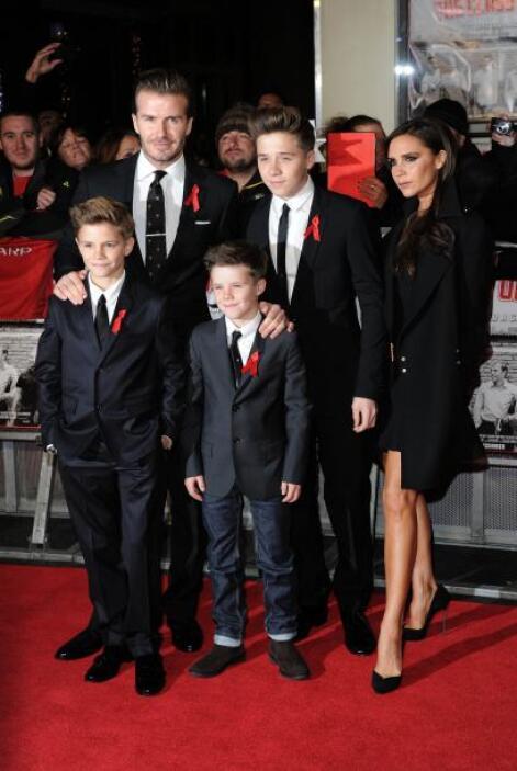 David Beckshm llegó a la alfombra roja acompañado de su esposa Victoria...
