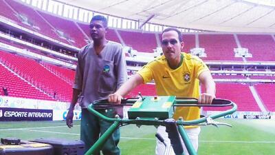 A Carlos Calderón le tocó podar el césped del Estadio Mané Garrincha