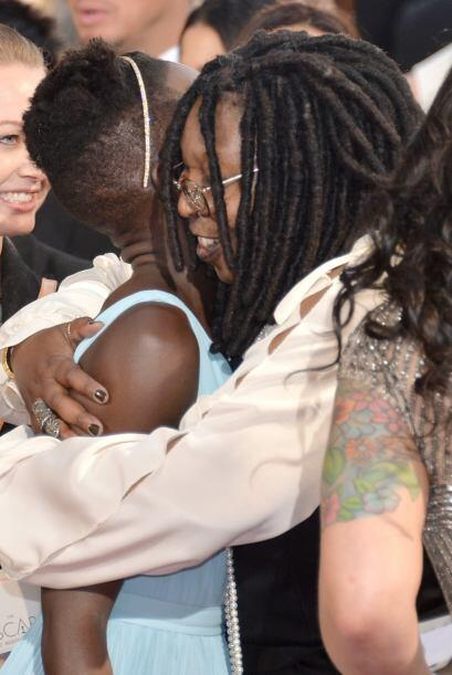 ¡Qué clase de abrazo tan cariñoso le dio Whoopi a la bella Lupita Nyong'o!