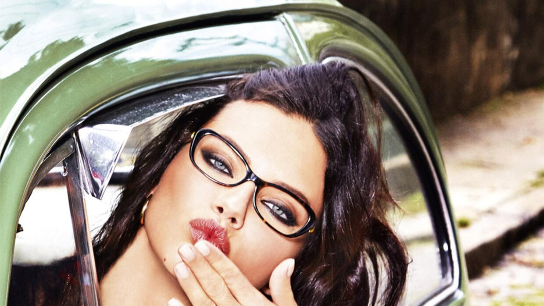 La modelo luce muy divertida y sexy en la campaña.