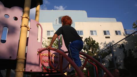 Un niño juega en el patio de un hogar de acogida (archivo)