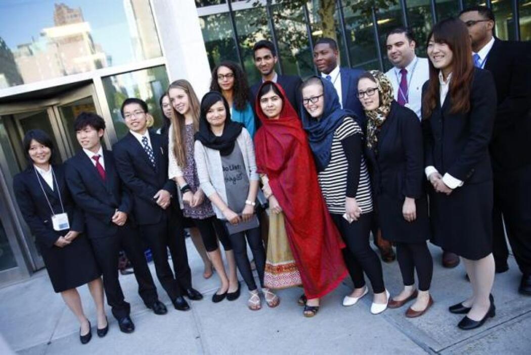 La joven activista pakistaní Malana Yousafzai, posa junto a un grupo de...
