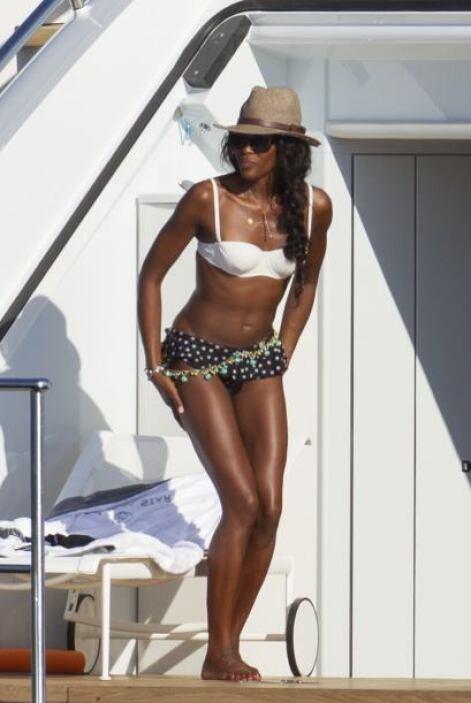 Naomi Campbell se la pasó en la playa todo el año. Mira aquí los videos...