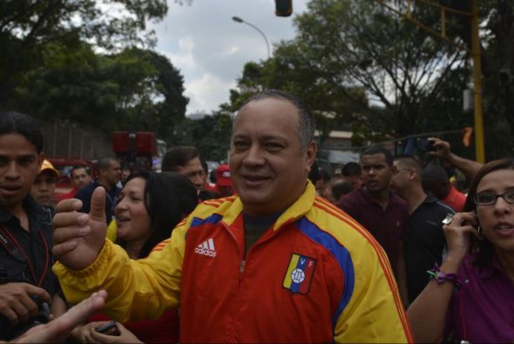 Junto a él, el presidente de la Asamblea Nacional, Diosdado Cabello, rec...