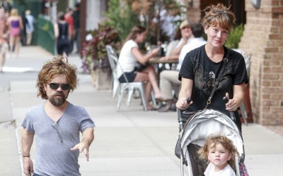 El actor de 'Game of Thrones' sale en Manhattan con su esposa y su hija.