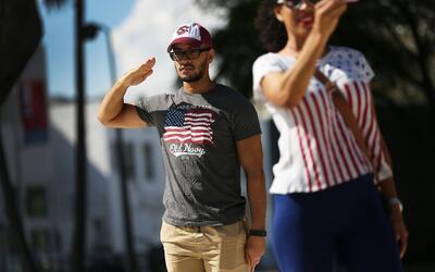 Kelvin Cabrera hace el saludo militar en el desfile del día de Ve...