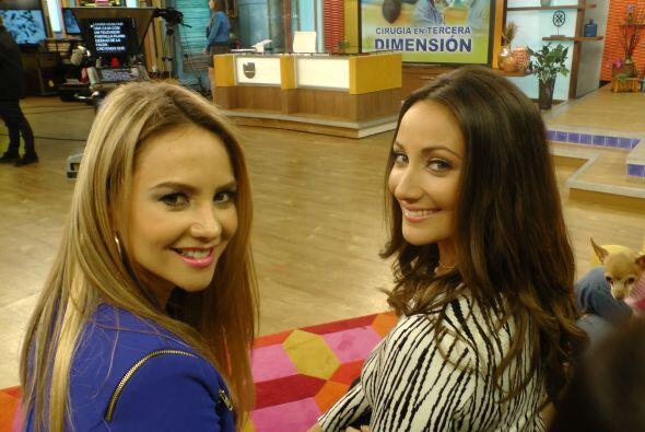 Ximena y Karla Monroig, sorprendidas en plena plática entre comerciales.
