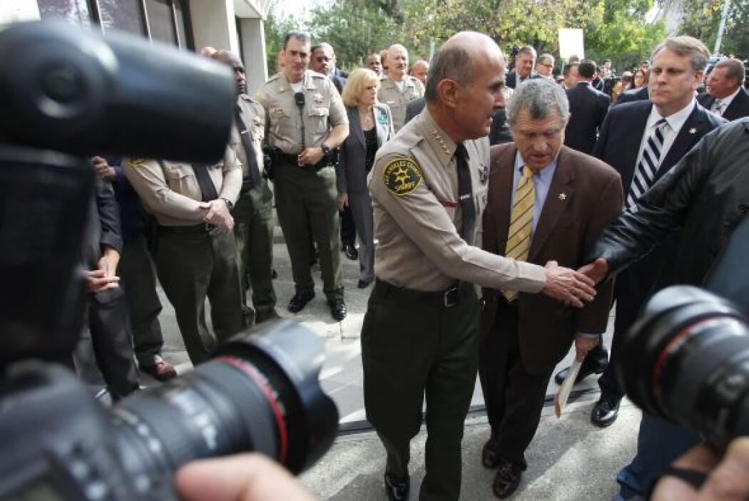 9- Lee Baca lideró un departamento de 13 personas entre alguaciles y ci...