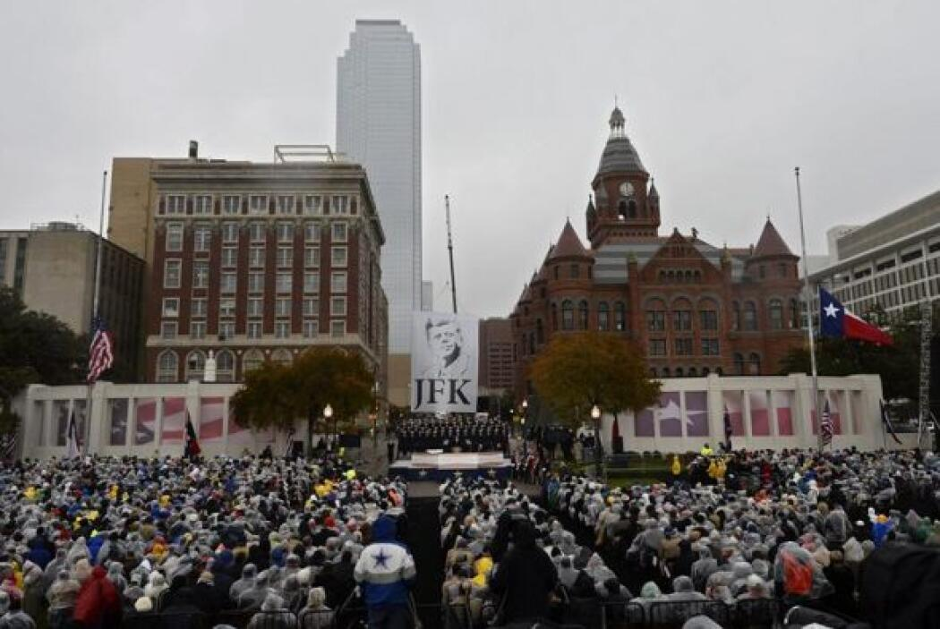 Centenares de asistentes desafían a la lluvia durante una ceremonia en m...