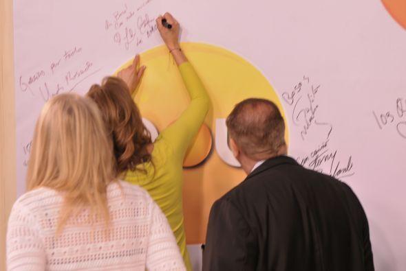 Firmaron el muro de los recuerdos.