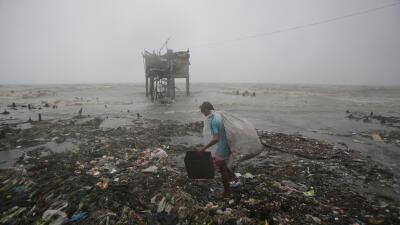 El potente tifón Koppu azota Filipinas.