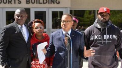 La familia de Michael Brown junto a sus abogados en las afueras de la co...