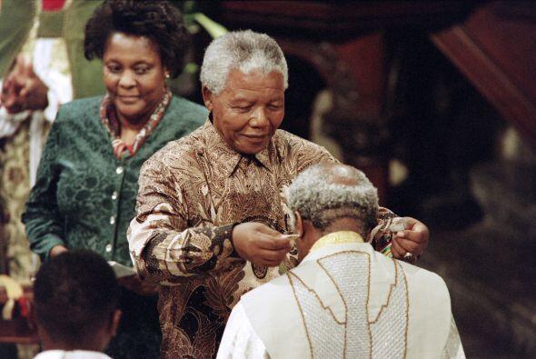 En esta foto, Mandela otorgó la Orden de Servicio Meritorio en la...
