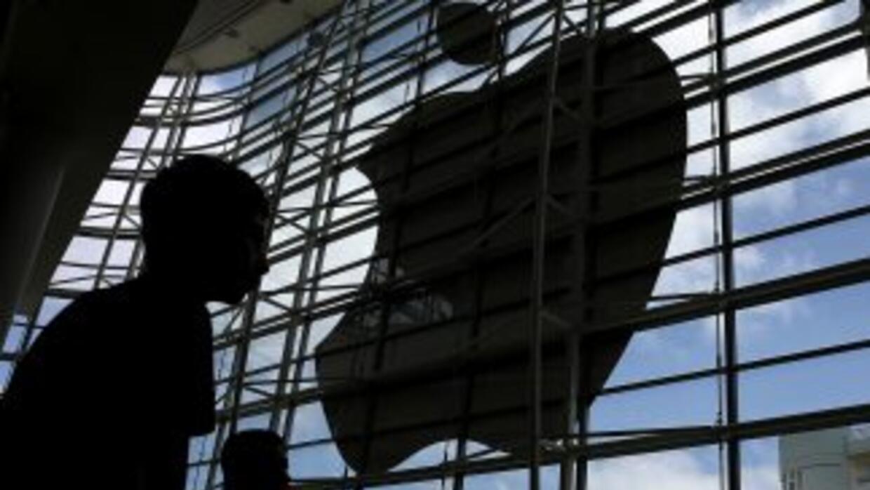 Trabajadores de servicios protestaron en la sede de Apple.