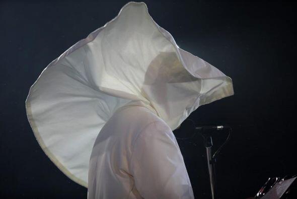 Imagen del papa Francisco tapado por la capa blanca de su vestimenta pap...