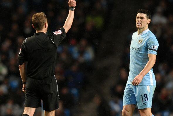 Gareth Barry, quien ya estaba amonestado, se ganó la tarjeta roja...