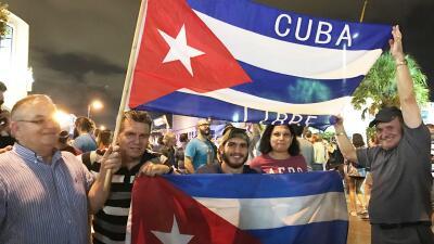 Exiliados cubanos celebran en la Pequeña Habana de Miami tras la...