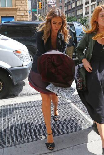 Al menos notamos que ella SÍ se pone ropa interior.