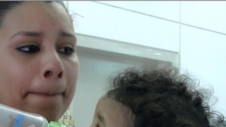 Melanie Cruz, de 22 años, no logra ocultar el dolor de ver a su esposo y...