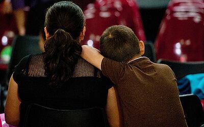 Un niño junto a su madre indocumentada tras ser deportados de Est...