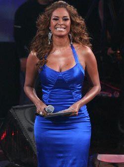 Este vestido azul electrificó el escenario toda la noche