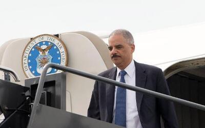 Eric Holder visita Ferguson para calmar la situación