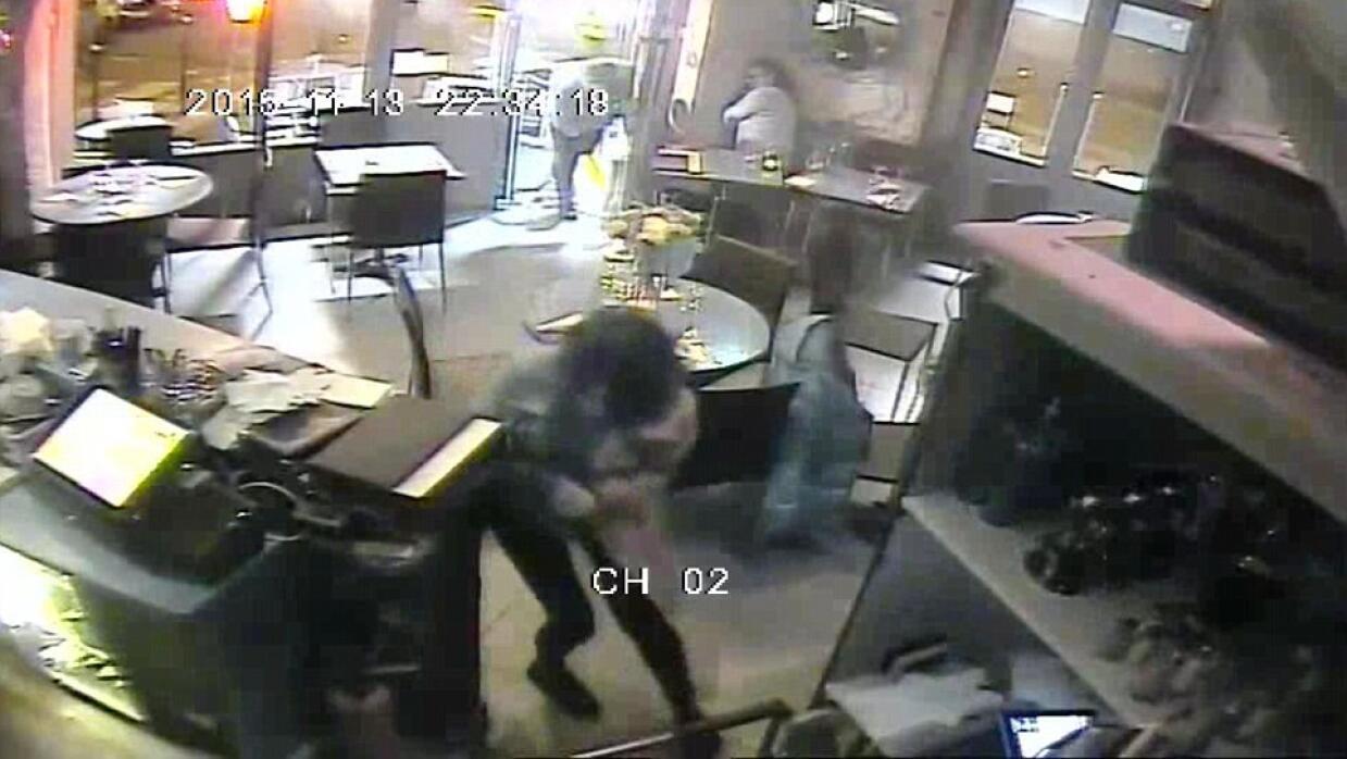 Captura del video del ataque a la pizzería La Cosa Nostra