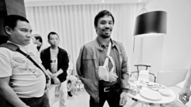 Manny Pacquiao en la habiatación del hotel Delano, con periodistas filip...