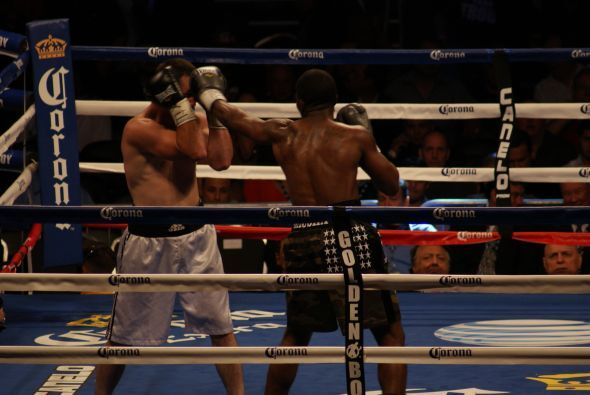 Austin Trout se mantuvo lanzando golpes toda la pelea para tratar de man...