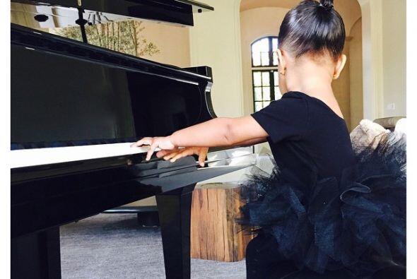 Al parecer también está interesada en el piano. ¡Qué tierna!