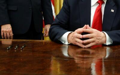Donald Trump antes de firmar su primera orden ejecutiva el pasado vierne...