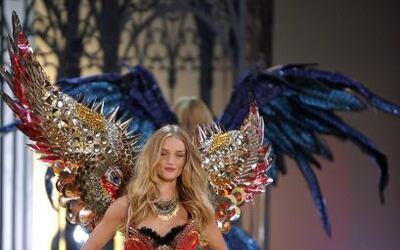 Parece que el momento de brillar le llegó a este ángel de Victoria's Sec...