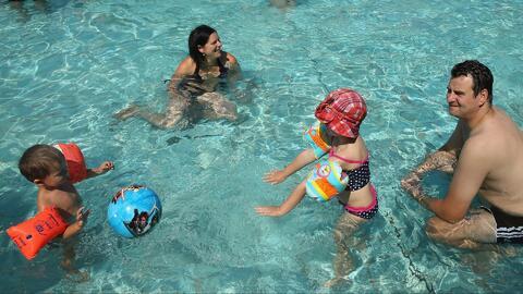 ¿Cómo prevenir infecciones y accidentes en las piscinas este verano?