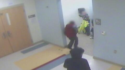 Video de seguridad en escuela de Ohio clave para descifrar suicidio de e...